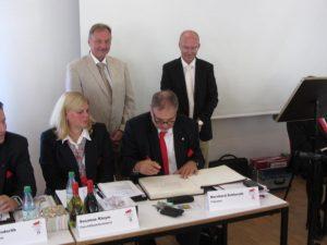 Bernhard Schlereth trägt sich in das Goldene Buch der Gemeinde Memmelsdorf ein