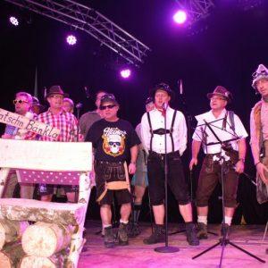 """Als musikalische Begleiter der Dorfraatsch´n beeindrucken die """"Gipfelstürmer"""" unter der Leitung von Thomas Völkel (rechts)"""