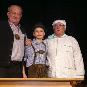 Bürgermeister Herbert Stenglein mit seinen schlagfertigen Schülern Moritz Lamprecht und Hugo Druck