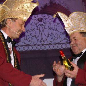 Hans-Werner Müller bekommt die Kette des Sitzungspräsidenten