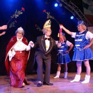 """Das """"Goldene Prinzenpaar"""" Anton und Rett´l aus Meedensdorf mit Spalier"""