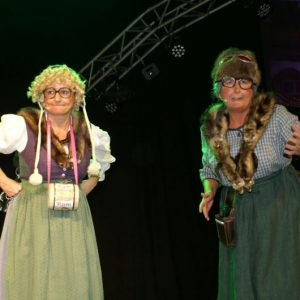 """Claudia Gunzelmann und Gerda Hofmann (v.l.) genießen als """"Meedensdorfer Dorfraatsch´n""""  inzwischen Kultstatus im MCC Fasching"""