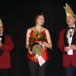 MdB Emmy Zeulner wird nach ihrem Faschings-Debüt von der Vorstandschaft verabschiedet (links 1. Vorsitzender Erhard Hippacher, rechts Sitzungspräsident Herbert Müller)