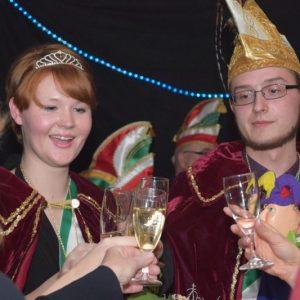 Das Prinzenpaar stößt in der Bar mit seinem Narrenvolk auf die Faschingssession 2016/2017 an