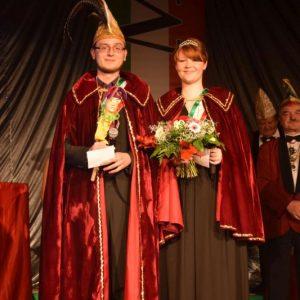 Das neue MCC-Prinzenpaar Hannes I. und Eva-Maria III. präsentiert sich ihrem närrischen Volk