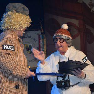 Die Dorfraatsch´n (v.l.) Claudia Gunzelmann und Gerda Hofmann als Tatort- Ermittlerinnen