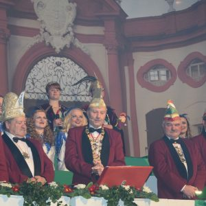 Sitzungspräsident Hans-Werner Müller begrüßt seine Gäste in der Seehof-Halle