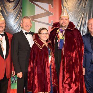 Ehrenmitglied Johann Kalb mit dem Prinzenpaar eingerahmt von Sitzungspräsident H.W. Müller und  MCC-Mitglied Bgm. Gerd Schneider