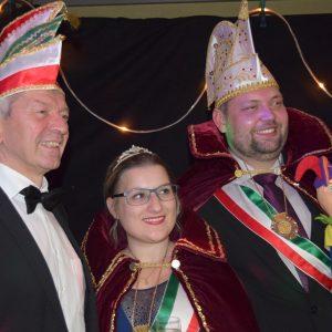 Das Prinzenpaar mit dem neuen Ehrenmitglied Landrat Johann Kalb