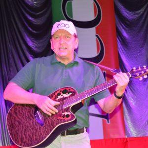 Wolfgang Tröger erzählt mit seiner Gitarre von lustigen Erlebnissen als Weltenbummler