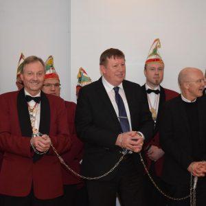 In Ketten gelegt wurden die Bürgermeister vorgeführt: 3. Bgm. Hans-Werner Müller und 2. Bgm. Alfons Distler nehmen die Tortur gelassen hin, während 1. Bgm. Gerd Schneider wohl spürt, dass es ihm an den Kragen geht (v.l.)