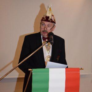 Bezirkspräsident Norbert Greger überbrachte die Glückwünsche des Fastnachtsverbands Franken in Form einer Urkunde