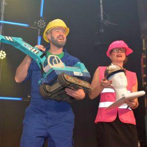 Der Goldene Baggerhelm für Bürgermeister Gerd Schneider (Christopher Müller und Anna Nickoleit)