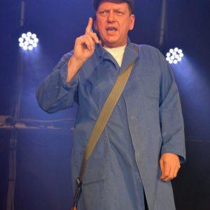 Wolfgang Tröger als dialektsicherer Hausmeister