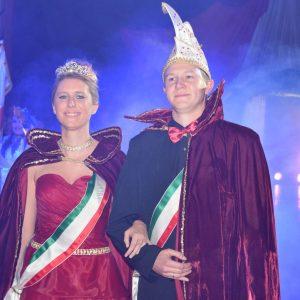 Aus Nebelschwaden im Spalier der Prinzengarde präsentiert sich das frisch gekürte Prinzenpaar Thomas I. und Susan I. seinem Narrenvolk