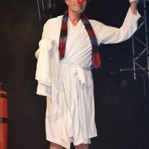 Franz Branntwein (Pfarrer Marianus Schramm) im Sauna-Outfit ist zurück auf der MCC-Bühne