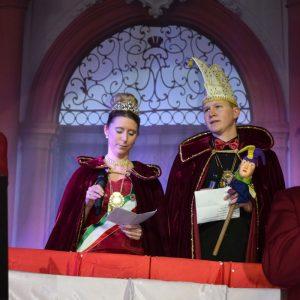 Das Prinzenpaar Seine Tollität Thomas I. und Ihre Lieblichkeit Susann I. beim Prolog an das Narrenvolk