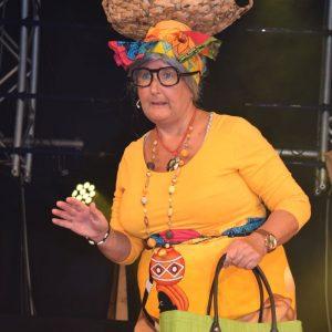 Rettl (Gerda Hofmann) beherrscht die afrikanische Lebensart