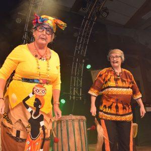 Rettl und Josef (Gerda Hofmann und Claudia Gunzelmann) sind in Afrika gestrandet