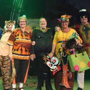 Afrika auf der MCC-Bühne (v.l.: Georg Hofmann, Marlene Groh, Claudia Gunzelmann, Ehrenvorstand Erhard Hippacher, Gerda Hofmann, Helmut Gunzelmann)